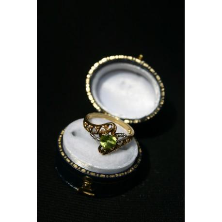 Vintage English gold ring Peridot, diamonds